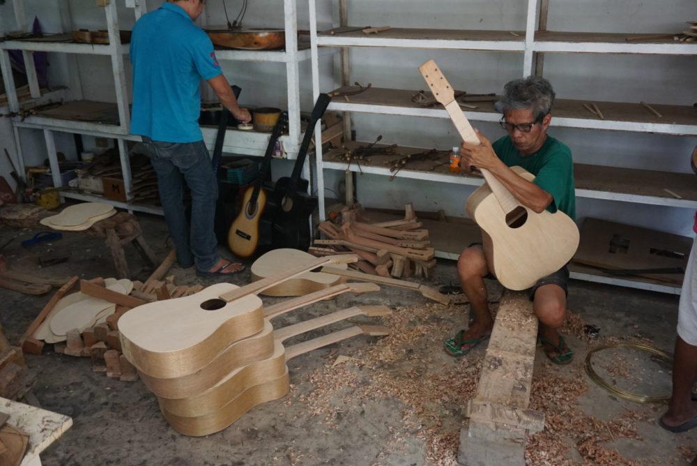 セブのマクタン島でギター工場見学